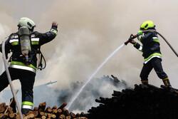 آتش سوزی یک باب مغازه پارچه فروشی در رشت/ ۲ آتش نشان مصدوم شدند
