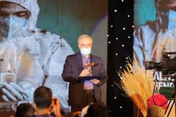وزير الصحة الايراني يتلقى الجائزة والوسام الخاص بمهرجان أفلام المقاومة