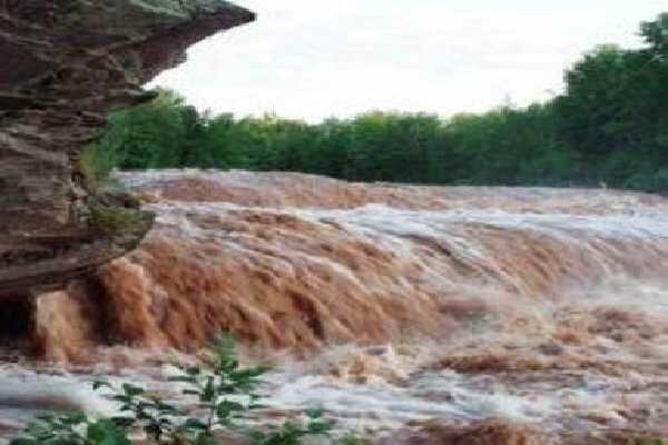 وقوع سیلاب کمسابقه در هرسین/ راه ارتباطی ۳ روستا قطع شد