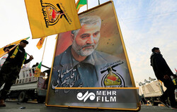 نصب تصویر بزرگی از حاج قاسم و ابومهدی در مسیر کربلا