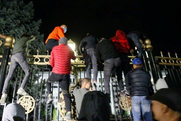 Kyrgyz protestors seize parl., gov. buildings