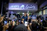 هواداران محمدرضا شجریان در مقابل  بیمارستان جم