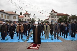 عزاداران گیلانی نماز ظهر اربعین را اقامه کردند