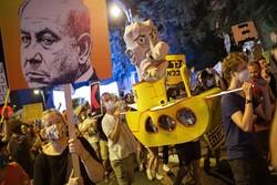 معترضان اسرائیلی پرچم رژیم صهیونیستی را لگدمال کردند