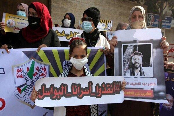 دهها فلسطینی در مقابل بیمارستان «کابلان» تظاهرات کردند
