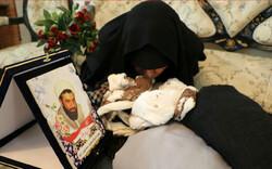وداع جانسوز مادر شهید سلمانیان با پیکر فرزندش