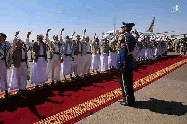وصول الدفعة الأولى من الأسرى المحررين إلى مطار صنعاء/ مرفق بصور