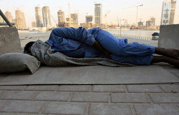 في بلد الناطحات.. شوارع دبي تغصّ بآلاف العمال المشردين