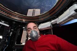 فضانورد ناسا با ماسک آماده بازگشت به زمین است!