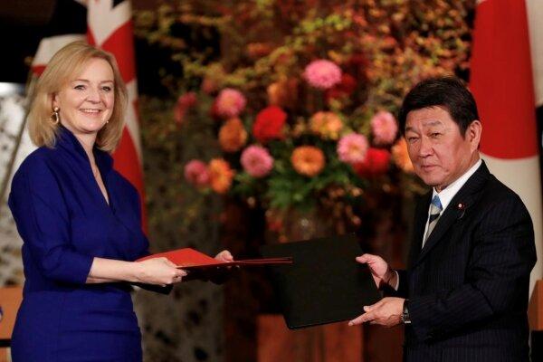 انگلیس نخستین توافق تجاری خود را در دوره پسابرگزیت امضا کرد