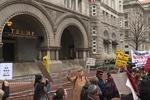اعتراض در برابر هتل بینالمللی ترامپ/ نه به جنگ و تحریم ایران