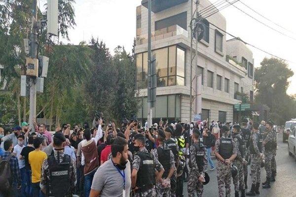 مواطنون اردنيون يعتصمون أمام السفارة الفرنسية في الأردن