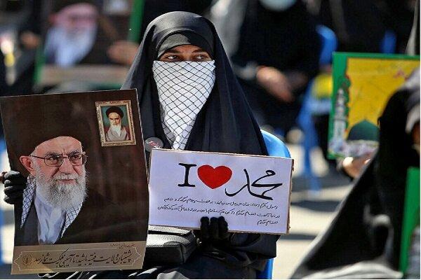 تجُمع عدد كبير من الإيرانيين أمام السفارة الفرنسية في طهران