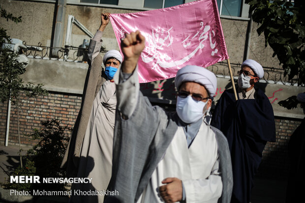 Clergymen rally in front of French embassy in Tehran