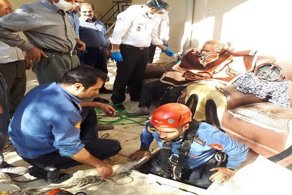 نجات جان مرد ۵۷ ساله از عمق چاه ۲۰ متری در همدان