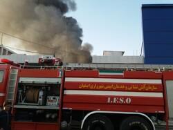 حریق درانبار لوازم یدکی خودرو دراصفهان/ اعزام نیروهای ۹ ایستگاه  آتش نشانی