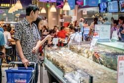 گارسون رباتیک غذای مشتریان را سرو می کند