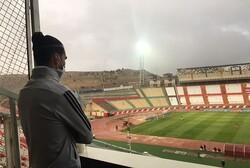 جنب و جوش مسعود شجاعی از روی سکوها/ باران خطهای زمین چمن را شُست