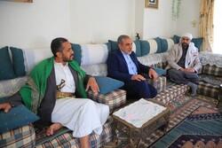 السفير الإيراني يعزي أسرة شهيد الوطن حسن زيد