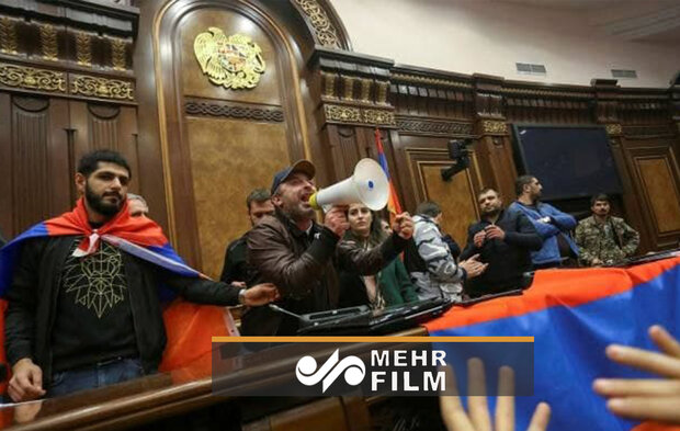 VIDEO: Armenian protesters storm parl. after ceasefire deal