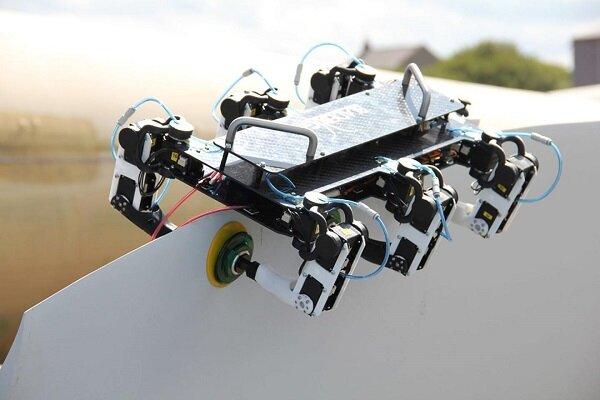 ربات عیب یاب که روی تیغه توربینهای بادی راه میرود