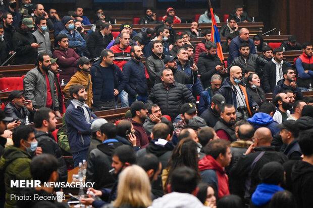 آذربائیجان اور آرمینیا میں جنگ بندی کے معاہدے پر آرمینیائی عوام کا شدید غم و غصہ جاری