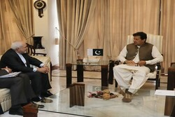 جواد ظریف کی عمران خان سے ملاقات/ علاقائي اور عالمی امور پر تبادلہ خیال