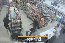 وقتی دزدها به کمک صاحبمغازه میآیند