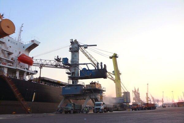 پهلوگیری کشتیهای حامل کالای اساسی در بندر شهیدرجایی