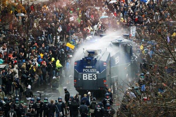 پلیس آلمان با معترضان به محدودیتهای کرونایی درگیر شد