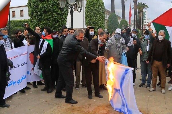مراکشی ها پرچم رژیم صهیونیستی را به آتش کشیدند