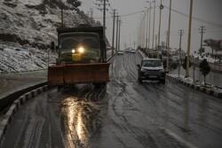 بارش برف در محورهای کوهستانی استان سمنان/ راه ها مسدود نیستند