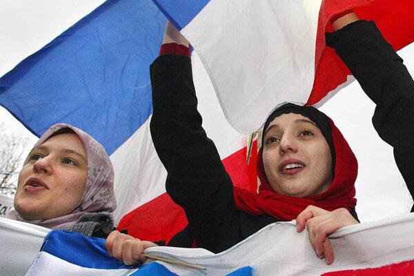 Fransa'da İslamofobi ve 'ayrılıkçı' yasa tasarısı protesto edildi