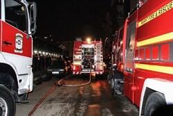 آتش سوزی خودروی پژو ۲۰۶ در پارکینگ/ ۲۵ نفر نجات یافتند