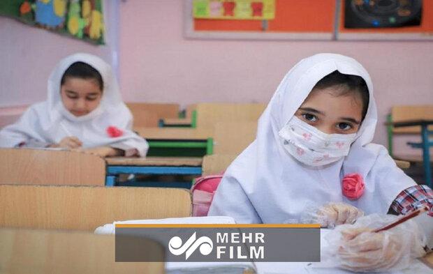 درد دل های معلمی که در پارک به دختر افغان آموزش می دهد