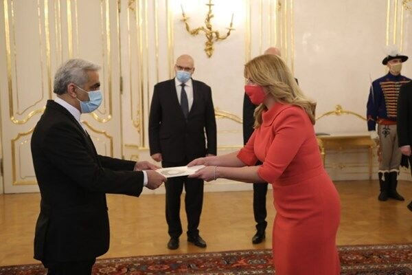 Iran's accredited amb. submits credentials to Slovakian Pres.