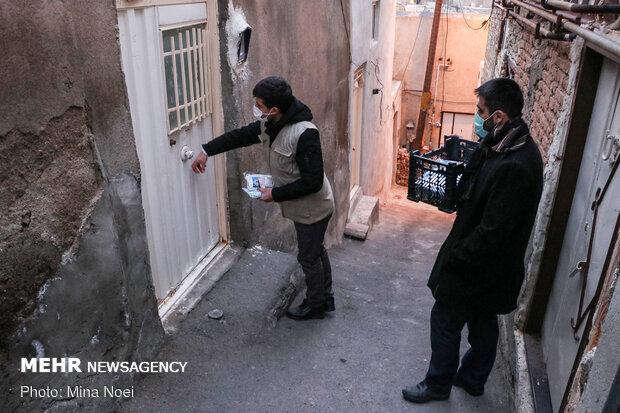 توزیع بسته های بهداشتی توسط دانشجویان در مناطق  کم برخوردار تبریز
