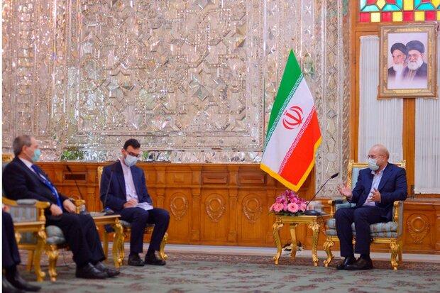 لقاء یجمع وزیر الخارجیة السوري مع رئیس مجلس الشوری الإسلامي