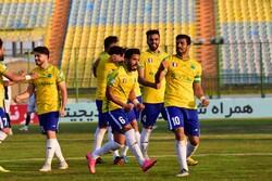 """فريق """"صنعت نفت"""" يقلب الطاولة على """"كل كهر سيرجان"""" ويتصدر الدوري الإيراني"""