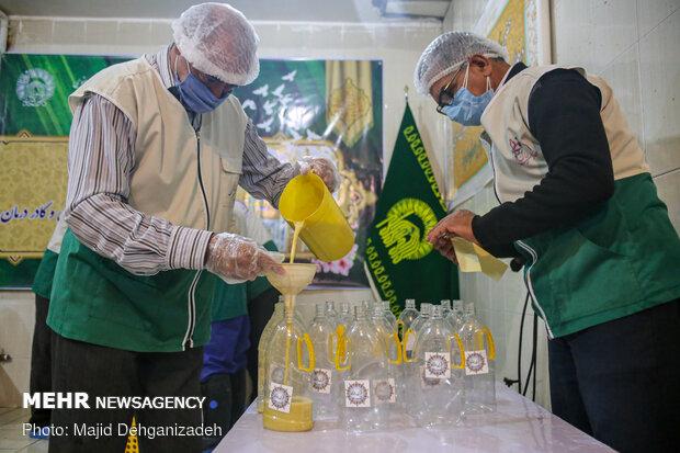 توزیع آب سیب متبرک توسط گروه جهادی طلاب