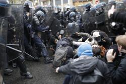 یورش پلیس فرانسه به سمت تظاهراتکنندگان در پاریس