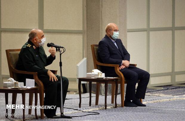 استقبال قائد الثورة لمنظمي مراسم الذكرى السنوية لاستشهاد سليماني والمهندس