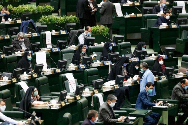 نواب إيرانيون يدينون الحظر على جامعة المصطفى