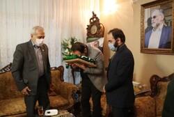 شہید محسن فخری زادہ کے اہلخانہ کو حرم رضوی کا پرچم دے دیا گیا