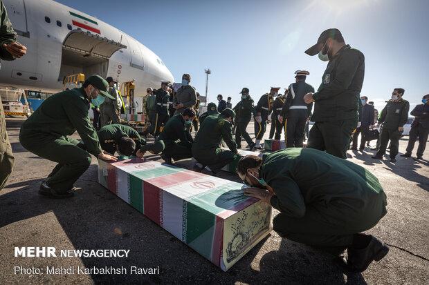 پیکر ۷ شهید گمنام وارد فرودگاه کرمان شد