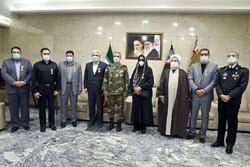 اهدای نشان فداکاری به خانوادههای فرماندهان شهید ارتش