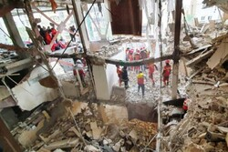 نیروهای آتشنشانی در جستجوی یک نفر زیر آوار/ ۱۰ نفر نجات یافتند