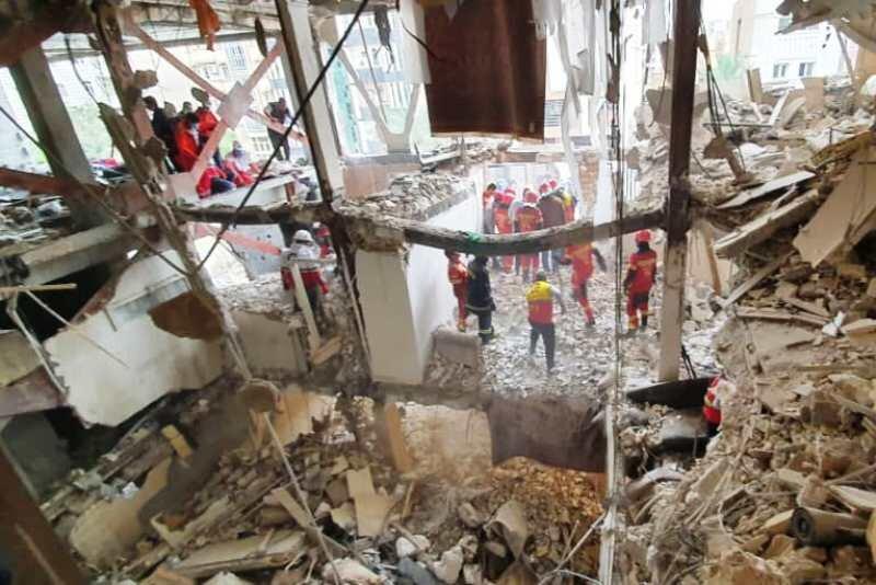 نیروهای آتشنشانی در جستجوی یک نفر زیر آوار/نجات ۱۰ نفر