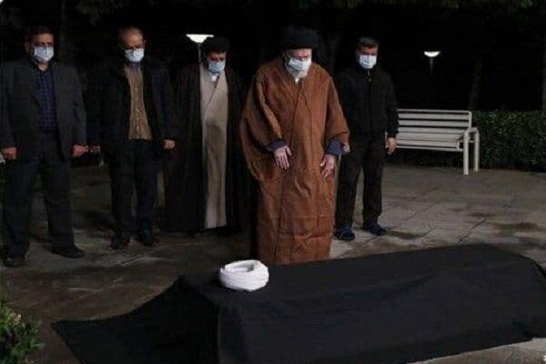 قائد الثورة يقيم صلاة الميت على جثمان العلامة مصباح يزدي