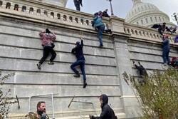 """مناصرو ترامب يقتحمون مبنى الكونغرس.. و""""الشيوخ"""" يوقف الجلسة"""